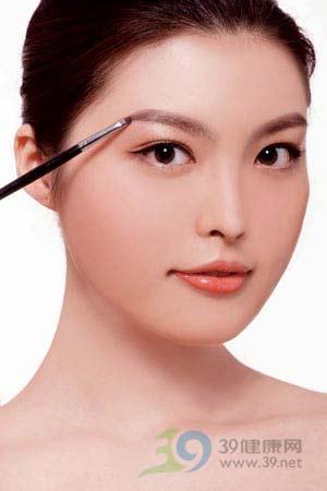 08新趨勢:化妝師教你本季IN自然粗眉