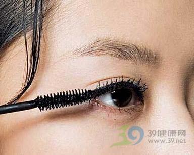 簡單打造精緻眼妝魅力女孩