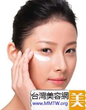 挑選完了眼霜,我們來看看正確的眼霜塗抹方法吧。