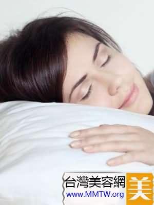 在真絲枕套上仰睡是最好的美容覺