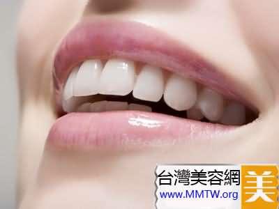 嘴唇為淡白色