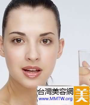 晨起喝淡鹽水有益於身體健康