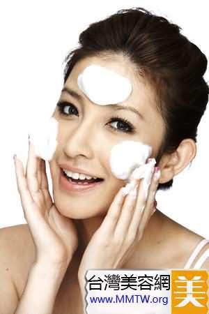 洗臉後用潔面海綿擦拭