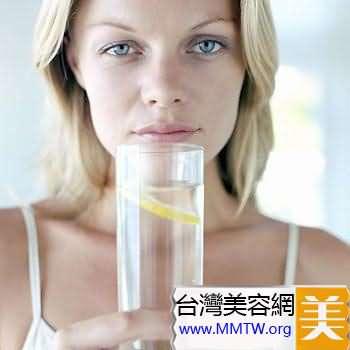 睡前1至半小時再喝上一杯水