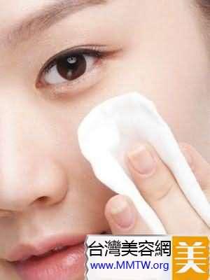 化妝棉上化妝水擦臉