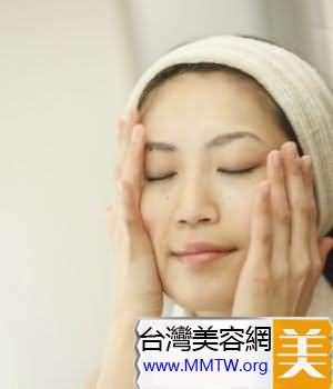 使用含有美白成分的保濕化妝水