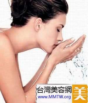 面部:選擇保濕的洗面奶