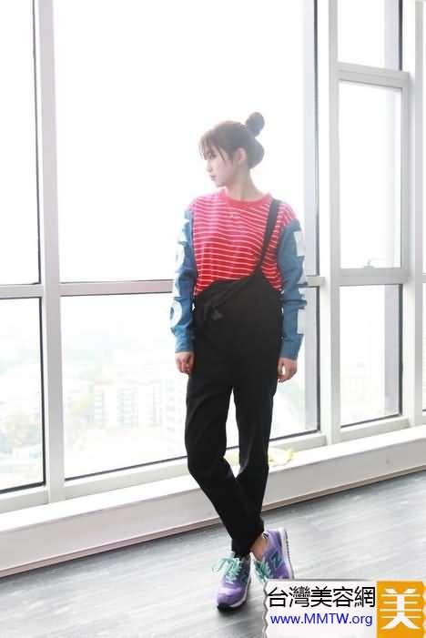 背帶褲春季潮流搭配 時尚活力更減齡
