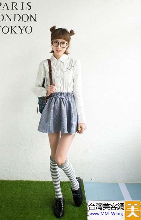 短裙+及膝襪 減齡搭配做日系萌妹子