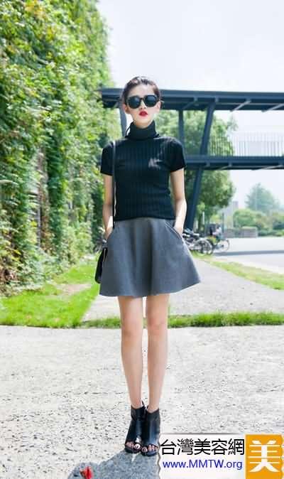 暖天針織衫搭配短裙 甜美舒適顯個高