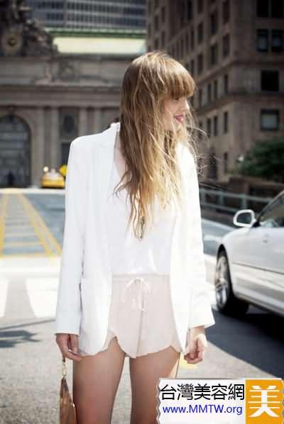 春季西裝+短裙秀美腿 帥氣甜美OL風
