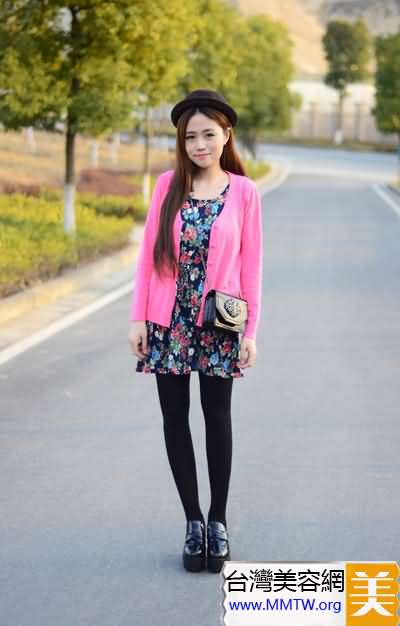 針織開衫搭配碎花連衣裙 甜美又減齡