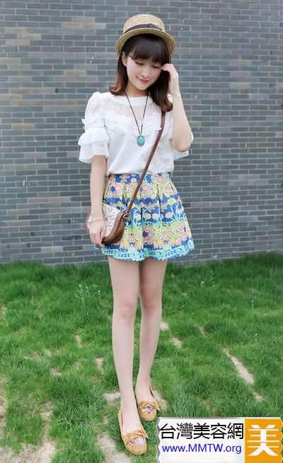 蕾絲上衣搭小短裙 溫柔甜美小女人