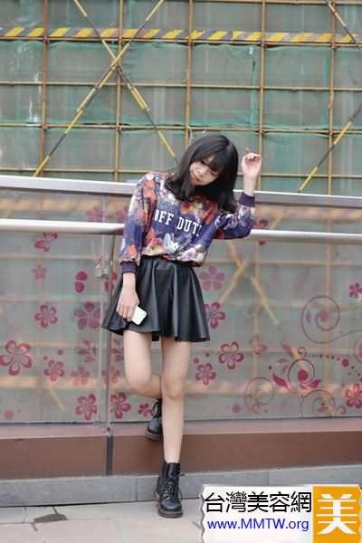 衛衣搭配小短裙 休閒可愛少女風