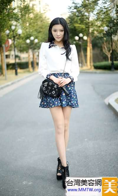白襯衣搭配花朵裙 秀美腿春色無邊