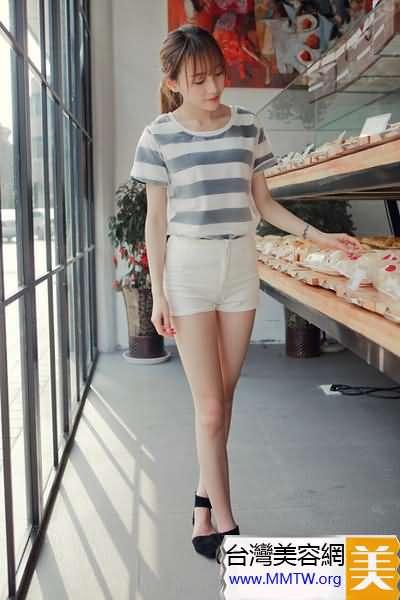 T恤短褲簡約搭配 長腿緊臀透出青春活力