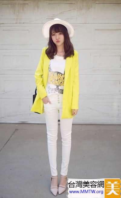 白色緊身褲+亮色上衣 清爽搭配更苗條
