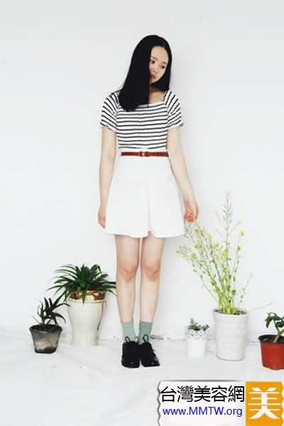 條紋T恤搭短裙 時尚甜美減齡很明顯