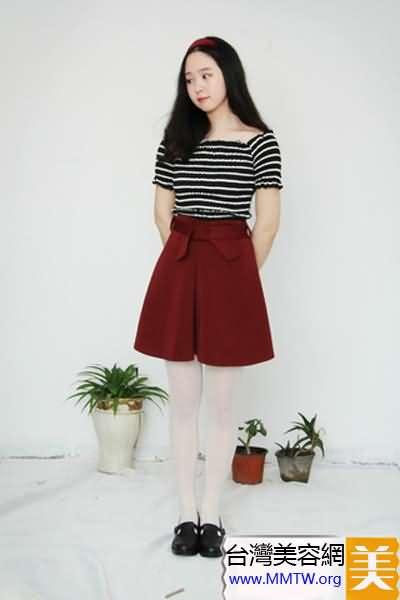 條紋T恤搭短裙