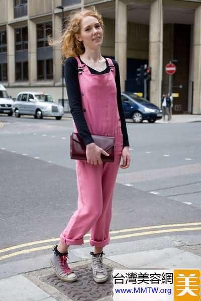 T恤搭配背帶褲 減齡扮嫩穿出少女感覺