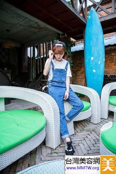 背帶褲+平底鞋 舒適減齡好似大兒童