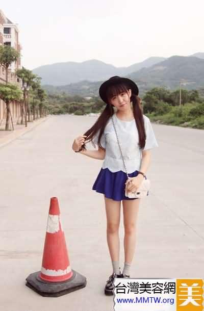 白上衣+藍色裙 夏季藍白搭配清爽怡人【圖】