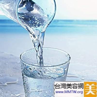 喝大量的水